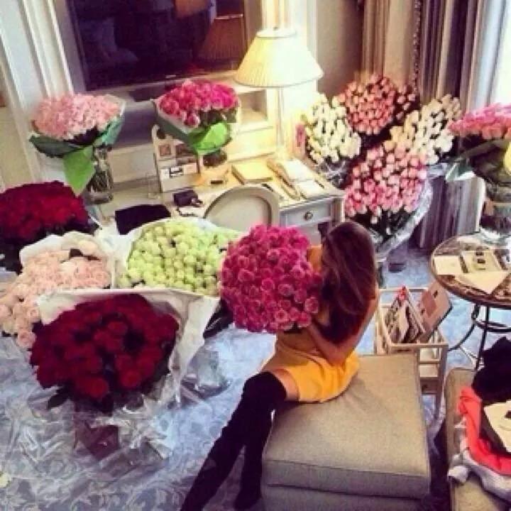 Фото девушке с подарками и цветами